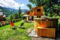 Whirlpool und Holzhaus in Frankreich