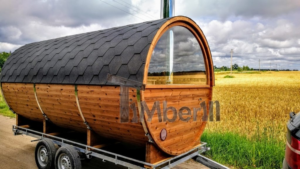 Mobile Saunafass mit halbem Panoramafenster am Anhänger ThermoHolz