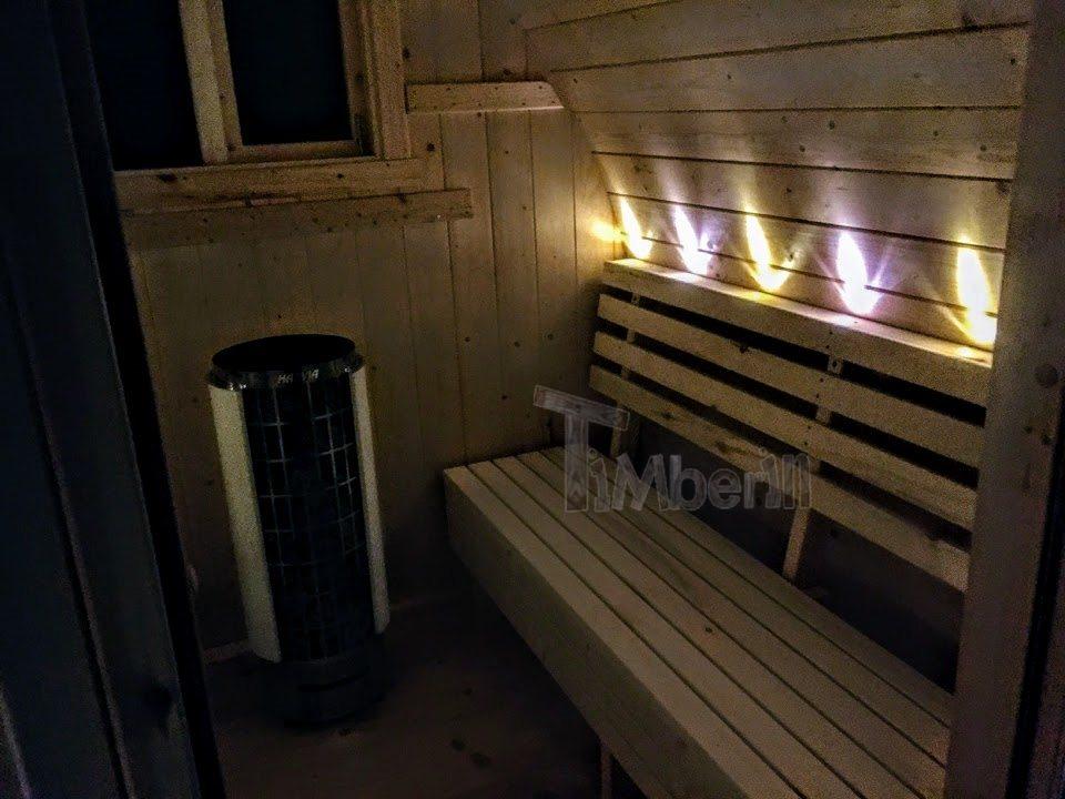 Fertigstellung des Sauna-Außensaunageschäftes - rechte Sitzbänke mit LED-Licht sichtbar